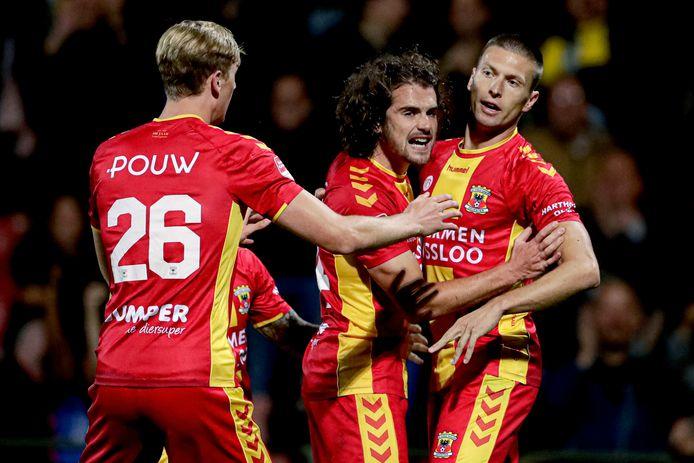 Maarten Pouwels en Mael Corboz bejubelen Alexander Bannink die Go Ahead Eagles aan de 2-2 heeft geholpen.