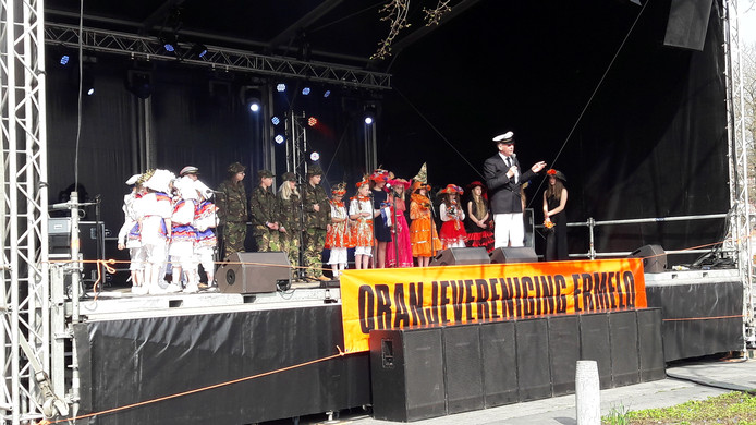 De Veluwse Sanghertjes op het grote podium aan het Raadhuisplein in Ermelo voor hun optreden op bevrijdingsfestival Free Ermelo