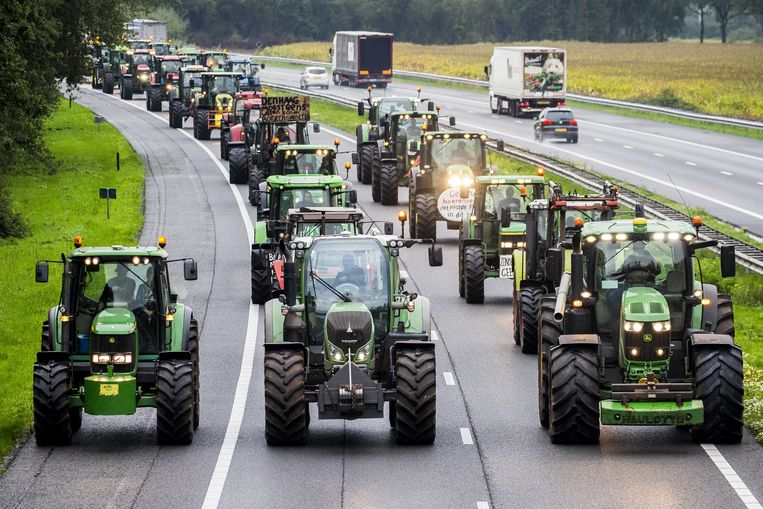 Uit protest tegen het stikstofbeleid blokkeerden Drentse boeren met hun trekkers de snelweg A28 tussen Hoogeveen en Meppel. Beeld ANP