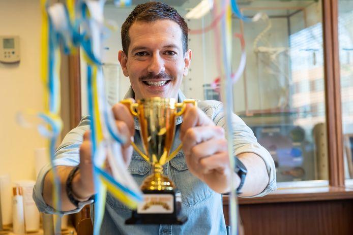 Bart Stoop, docent op het Newman College, wint als carnavalsartiest de Brabantse carnavalshitverkiezing.