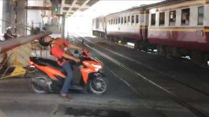 Ongeduldige motorrijder krijgt verdiende loon als hij gesloten overweg toch wil oversteken