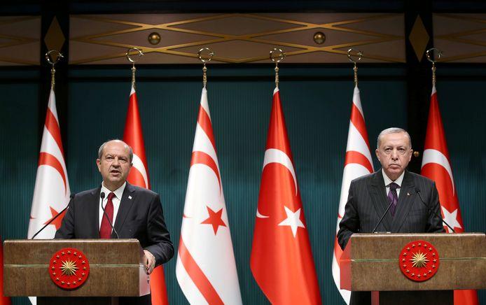 Turks president Erdogan (links) steunt kandidaat Ersin Tatar (rechts).