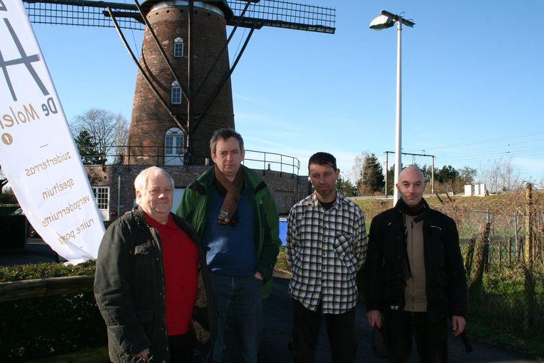 Hervé Devos, Alain Debbaut, Stefaan Segaert en Hans Baeté aan de molen.