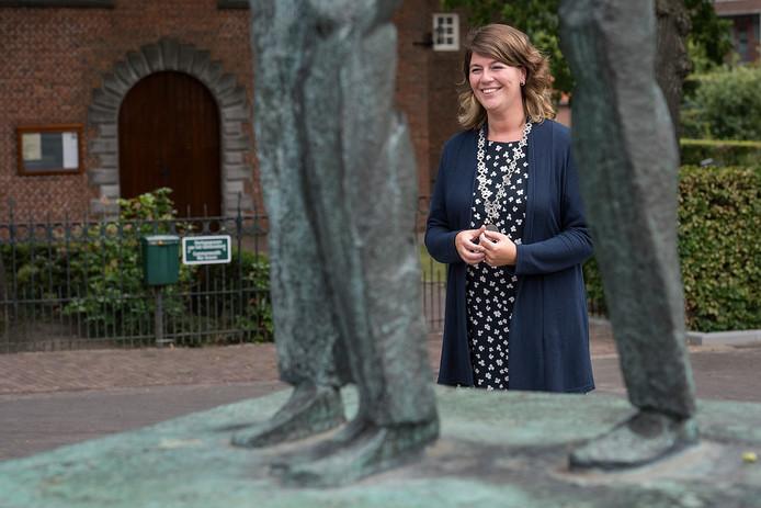 De nieuwe burgemeester Joyce Vermue op het Vincent van Goghplein in Zundert
