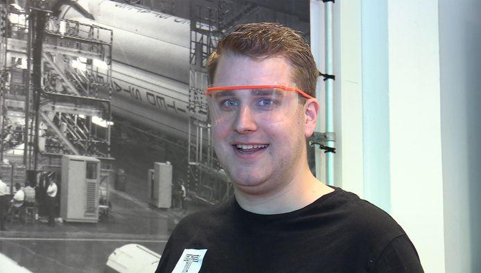 Rik Eckhardt draagt een veiligheidsbril die hij zijn collega's hebben gemaakt.