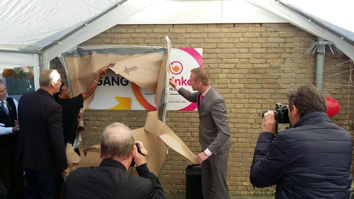 Wethouder Cees van den Bos opent de Schouwse kledingbank en de ruilwinkel van het SMWO.