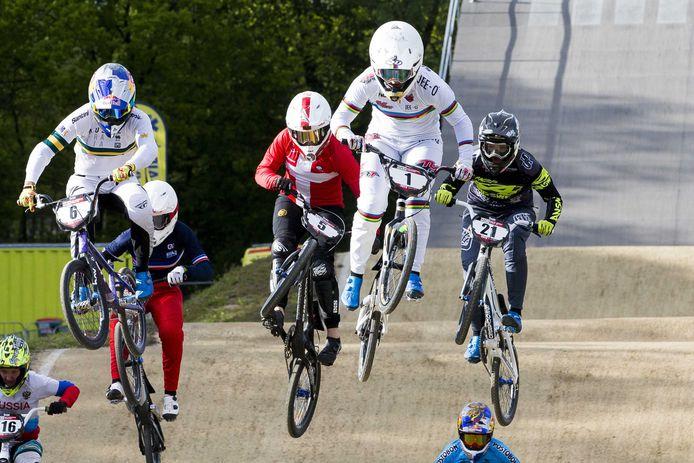 Laura Smulders (1) in actie tijdens de finale van de World Cup BMX op Sportcentrum Papendal.