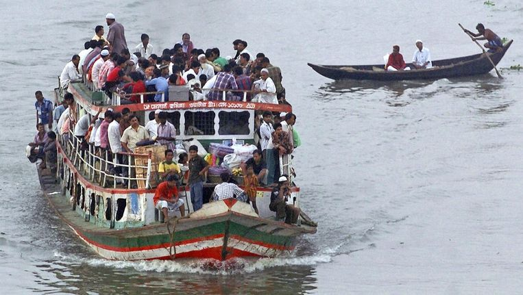 Een overvolle ferry in Bangladesh op archiefbeeld. Beeld afp