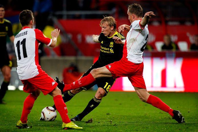 Alje Schut en Dries Mertens voorkomen dat Dirk Kuyt voor Liverpool kan scoren.