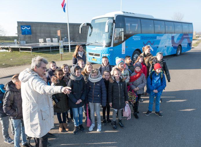 Het Watersnoodmuseum ziet de groepsboekingen, zoals hier op de foto de Theo Thijssenschool in 2018 , als gevolg van de coronamaatregelen inzakken.