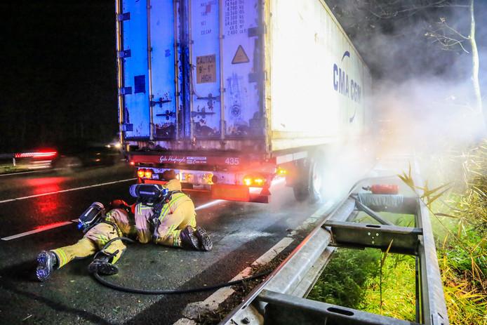 Brandje onder vrachtwagen op A67.