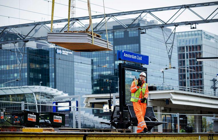 De laatste werkzaamheden aan de A10 en het spoor bij station Amsterdam Zuid.  Beeld ANP