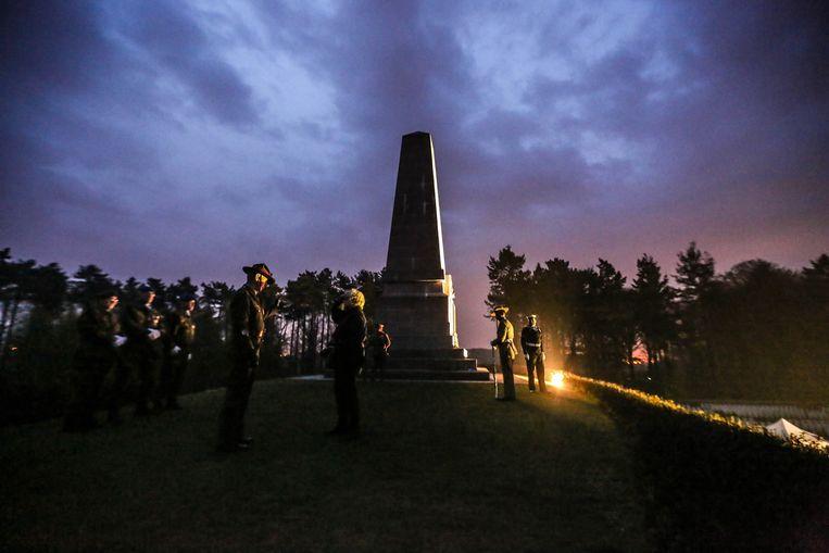 De ceremonie vat aan onder een waar kleurenspel in de hemel.