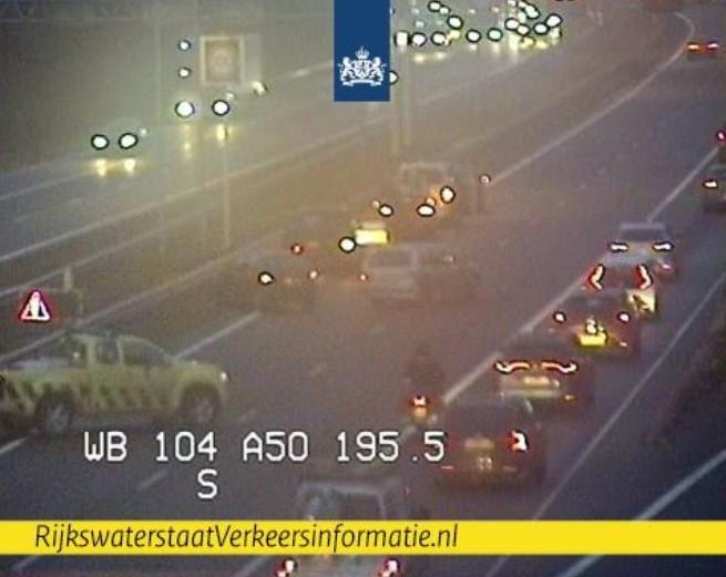 De situatie op de A50 bij Hoenderloo op camerabeeld van Rijkswaterstaat.