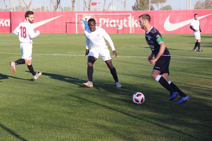 Danny Verbeek in actie tegen Sevilla U20.