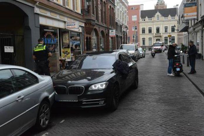 Een automobilist heeft vanmiddag twee fietsers verwond en veel schade aangericht toen hij probeerde te ontsnappen aan de politie.