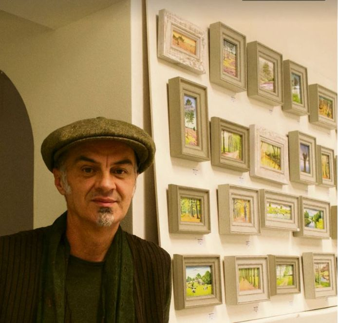 Drago Pečenica in zijn atelier met miniatuurschilderijen.