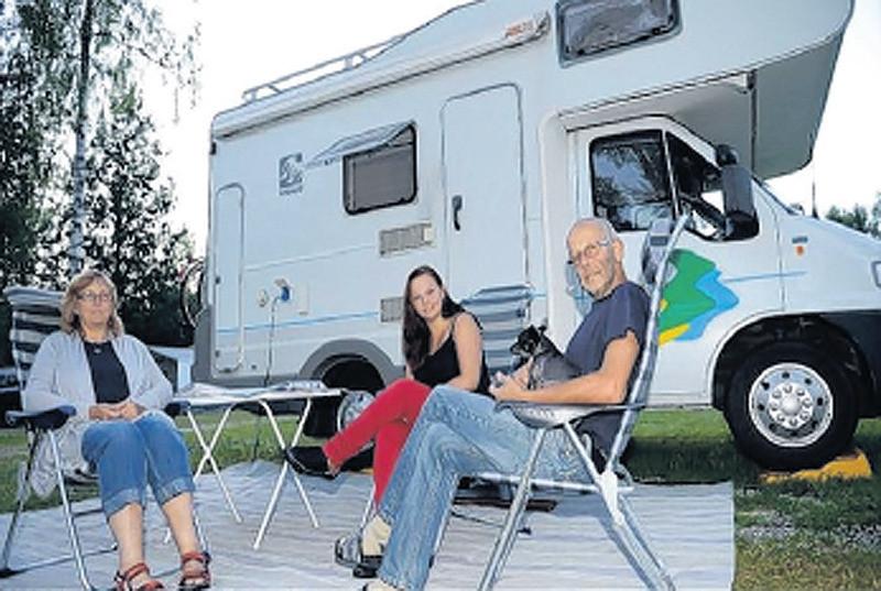 De familie Blom voor de camper waarin zij zo brutaal beroofd werden