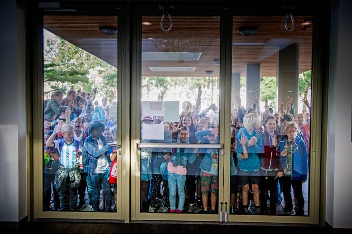 Basisschoolleraren legden vanochtend het werk neer uit protest tegen het lerarentekort, de werkdruk en de slechte salarissen. Het is de eerste actie die ook ouders en leerlingen raakt.