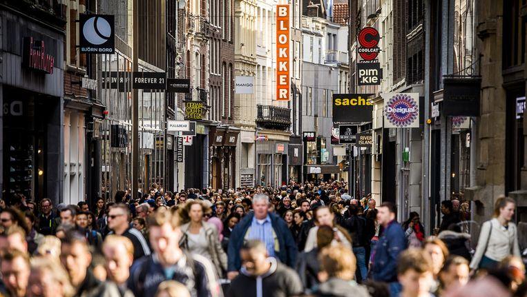Winkelend publiek in de Kalverstraat. Beeld anp