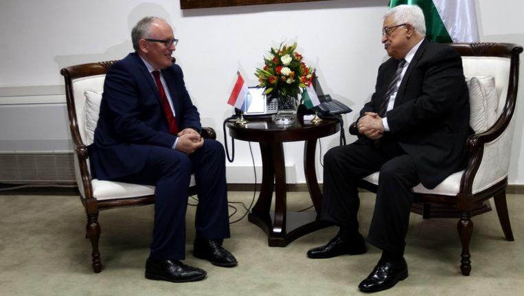 Minister Timmermans (links) in gesprek met de Palestijnse president Abbas. Beeld epa