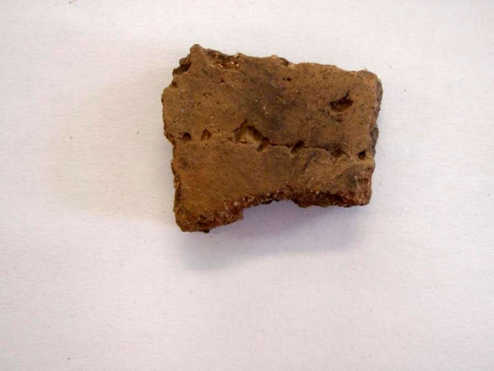 Een van de gevonden scherven van het zogeheten Wikkeldraad-aardewerk dat dateert van 2000 tot 1800 voor Christus. Foto Raap