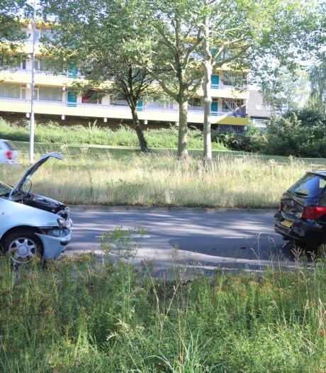 Drie auto's botsen tegen elkaar in Ede