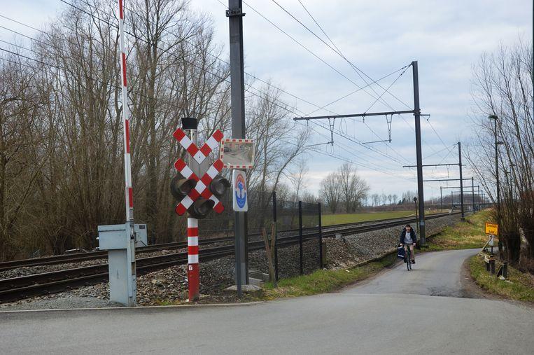 De overweg in de Terjodenstraat-IJzerenwegstraat zal worden gesloten en op deze kruising met de Driehoekstraat (rechts van de spoorweg) komen er plaatjes.