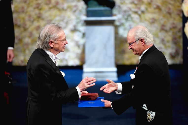 De Oostenrijkse auteur Peter Handke ontvangt de Nobelprijs voor de Literatuur uit handen van de Zweedse koning. Beeld EPA