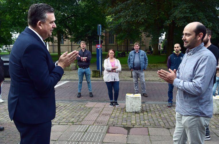 Emile Roemer is als hoofd van het Aanjaagteam Bescherming Arbeidsmigranten donderdag tijdens een bezoek aan Tiel in gesprek met Marcel Singeorzan uit Roemenië. Beeld Marcel van den Bergh