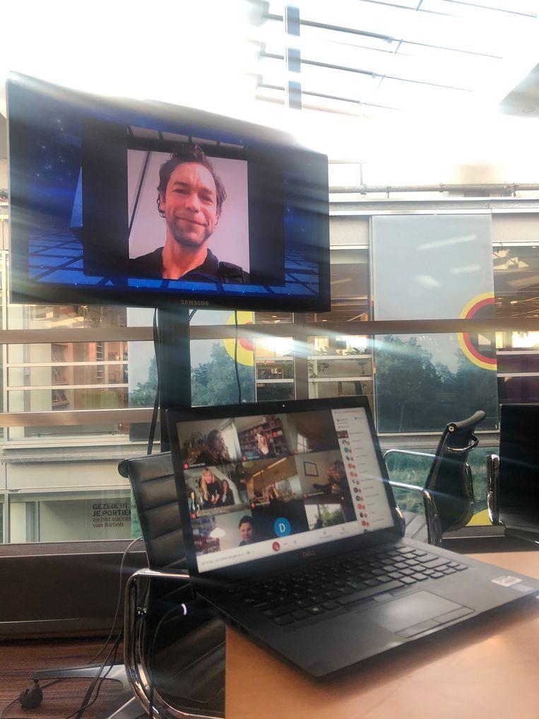 Michael Persson (op het scherm) heeft de Tegel gewonnen in de categorie Tekst. Beeld