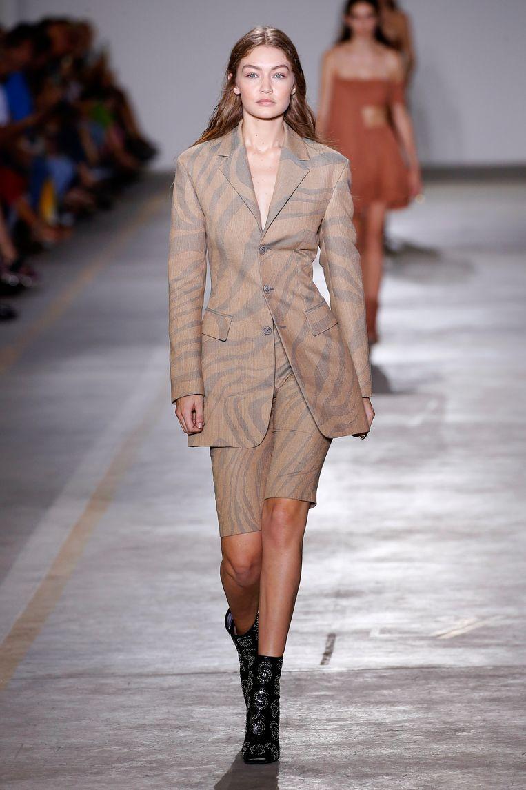 Gigi Hadid op de catwalk tijdens de Milan Fashion Week. Beeld Getty Images