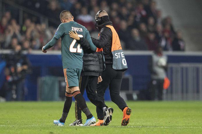 Een jonge fan is het veld opgerend om Hakim Ziyech van Ajax te omhelzen.