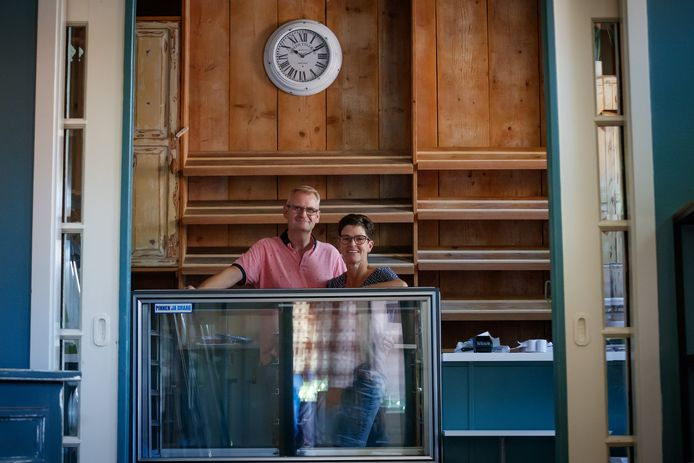 Kees en Lilian de Ron beginnen naast hun Eeterij Kelian een nieuwe bakkerswinkel in het centrum van Klundert. Kees was altijd al verliefd op dit oude pandje.