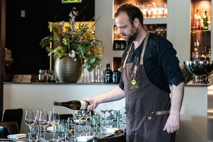 Ysbrandt Wermenbol van restaurant Lime wint met witte wijn Silvaner de prijs voor beste huiswijn.