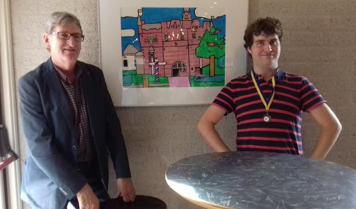 Kunstenaar Thomas de Bok samen met Majo Slosser (beheerder van het Stadskasteel) bij het schilderij 'Het Stadskasteel'.