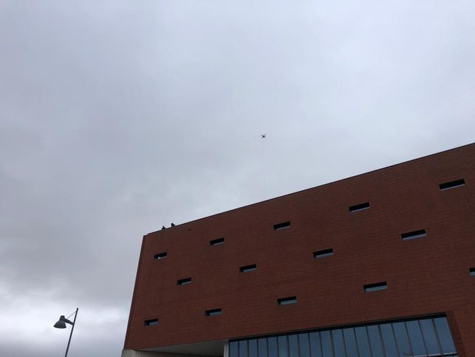 Boven het Hollandiaplein hing een drone. Verschillende agenten stonden op het dak van het stadskantoor.