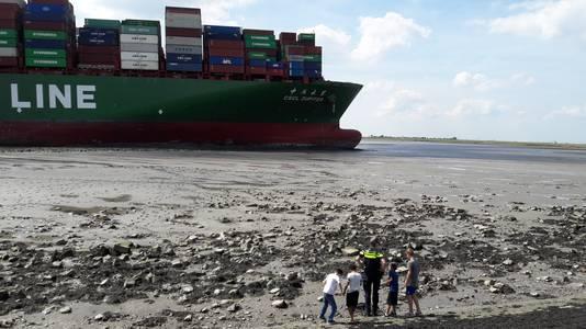 De politie houdt toeschouwers weg bij het schip