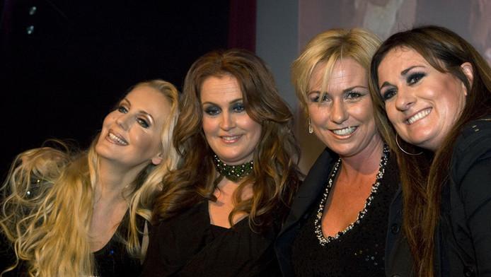 Zangeres Laura Vlasblom (rechts) en de andere zangeressen van Frizzle Sizzle (VLNR) Mandy Huydts, Marjon Keller en Karin Vlasblom na een eenmalig optreden in 2010.