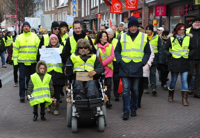 Demonstranten in gele hesjes tijdens een protesttocht door Middelburg.