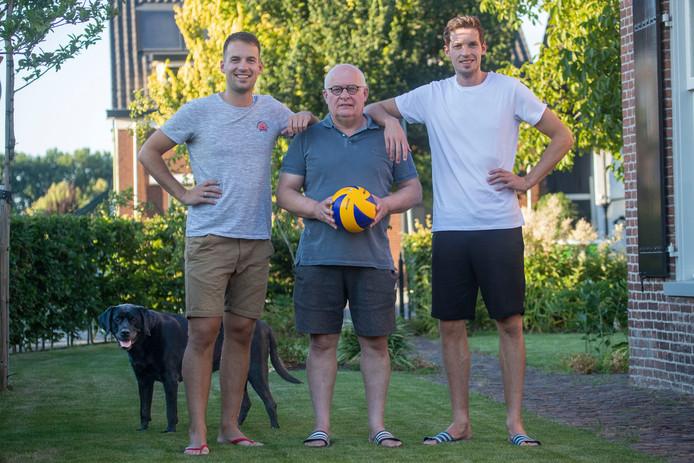 Maarten van Garderen met zijn vader (midden) en broer Bart (links)