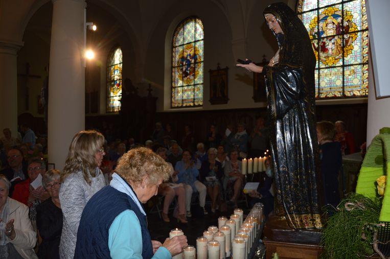 Wereldrecord Rita's verzamelen in kerk van Outer. Er werden kaarsen gebrand aan het beeld van de Heilige Rita.