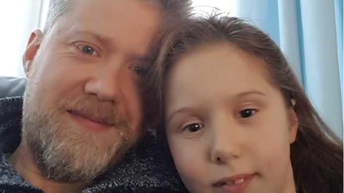 Vader Chris en dochter Naomi van Nuenen. Het 9-jarige meisje hielp haar moeder vrijdagmiddag tijdens een zware epilepsieaanval in het centrum van Winterswijk.