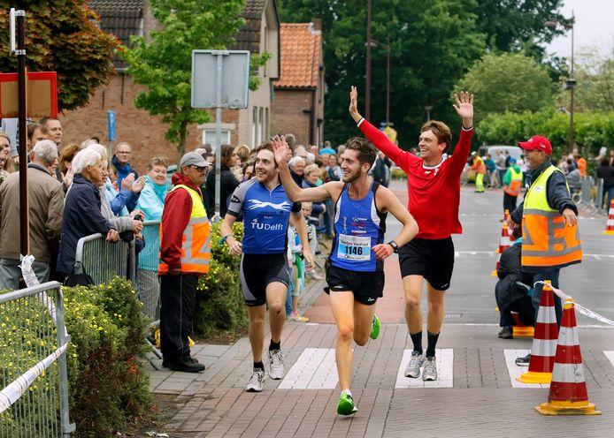 Alsof het vorig jaar al een beetje coronatijd was: Stef, Mels en Harm Lambregts zwaaien naar hun oma op het balkon alvorens te finishen op de trio-triathlon. Dat tafereel zal zich dit jaar niet voordaan. Het evenement is afgeblazen.