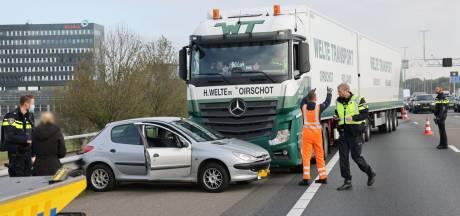 Botsing tussen truck en auto: file op A28 bij Zwolle