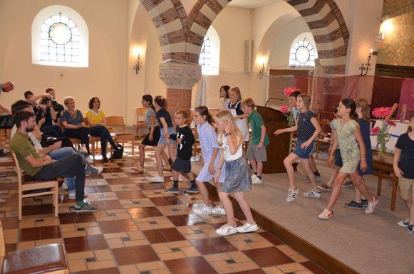 Voor de voorstelling van het boek voerden de leerlingen enkele dansjes op.