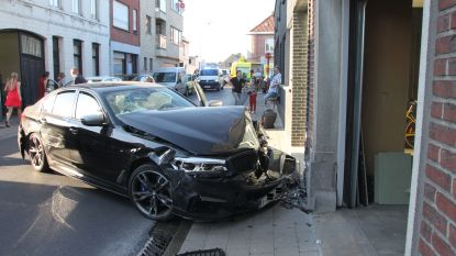 Zware BMW botst tegen geparkeerde auto's en huisgevel, automobilist heeft te veel gedronken