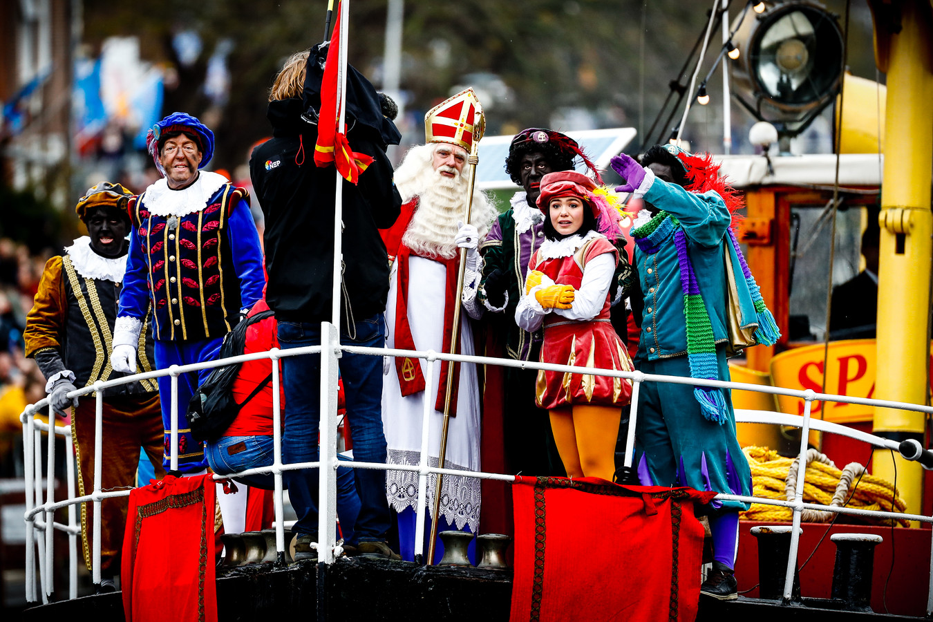 Sinterklaas en zijn Pieten komen met de Pakjesboot 12 aan in de haven van Dokkum.
