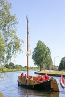 De eerste afvaart van de Vechtezomp in Gramsbergen op tweede Pinksterdag, met maximaal 8 passagiers.