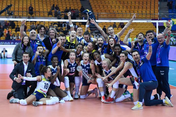 Roin de Kruijf (rechtsboven) viert feest met haar ploeggenoten na de gewonnen finale.